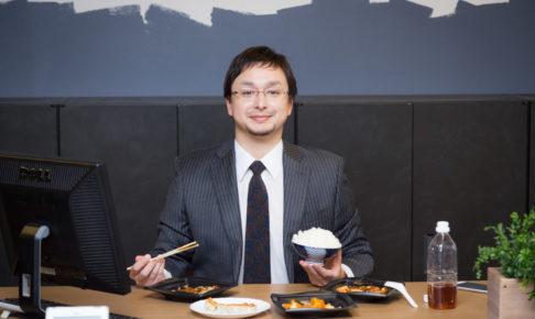 ごはんを食べている男