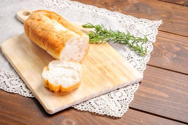 パンを切っているところ