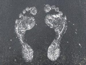 白い足の形