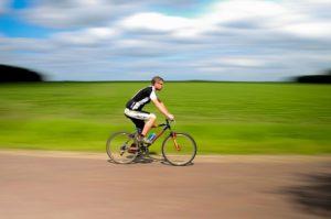 自転車に乗る人