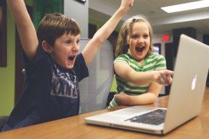 子供がパソコンを見ている