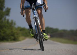自転車の選手が乗っている姿