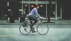 自転車に乗っているビジネスマン