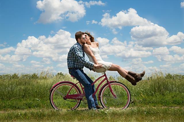 自転車に載っているカップル
