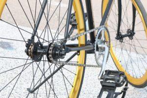 自転車のペダルとチェーン