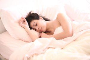 女性の寝ている姿
