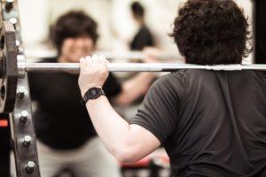 鏡を見ながらトレーニング