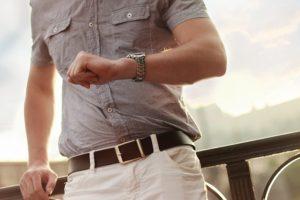 時計を見て、待っている男性