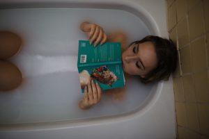 女性がお風呂でつかる