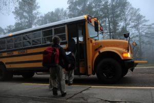 バスに乗る子供