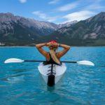 カヌーに乗っている女性