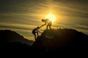山で手を貸す人