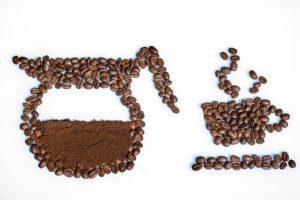 コーヒー豆でカップを絵にしている