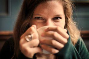 お茶を飲む少女