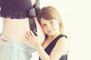 妊娠している母と少女