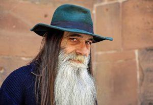 ひげが長い男