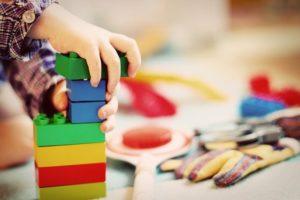 子供がブロックを組み立てている
