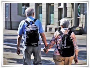 おじいさんとおばあさんのリュック姿