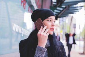 女性が電話で会話している