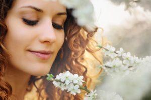 女性の綺麗な笑顔