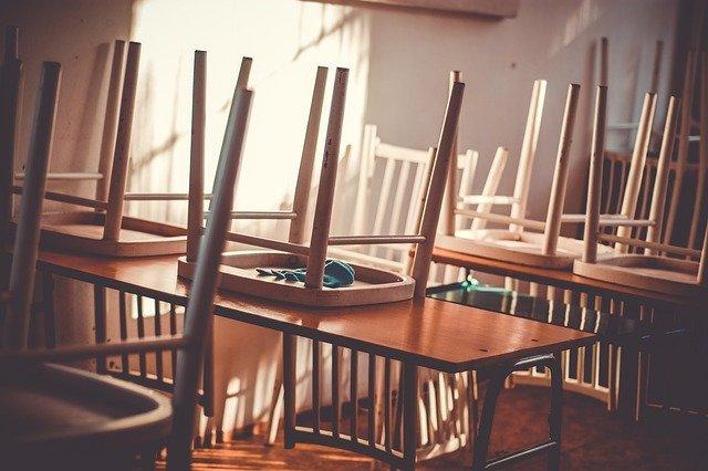 教室 椅子と机