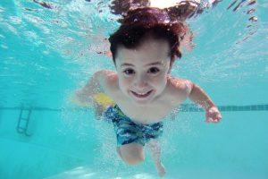 プールに入る子供