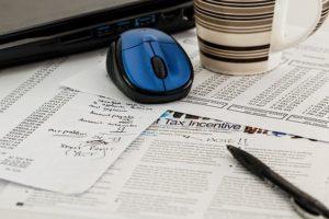 論文とパソコンのマウス
