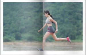 女性が走る姿