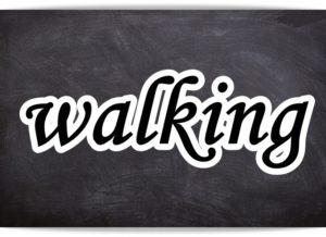 黒板にウォーキングの文字