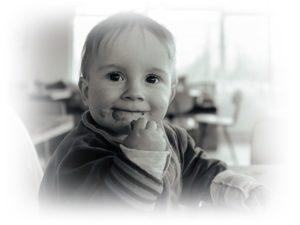 子供の笑顔と食事