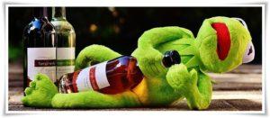 カエルがお酒を飲んで寝ている