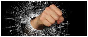 拳で窓をたたき割る