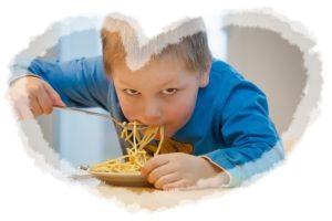 子供が食べているところ