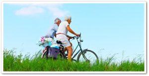 老人が自転車に乗っている