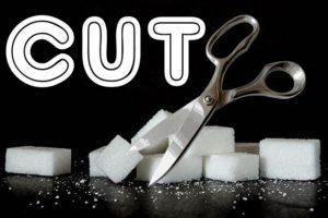 砂糖をハサミでカットしている