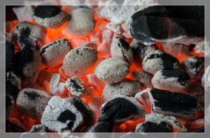 炭が燃えているところ