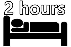 ベッドで寝ている人と2hoursの文字