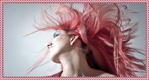 ピンクの髪の毛の女性