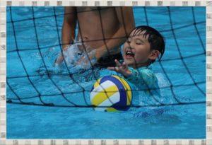 水の中で遊んでいる子供