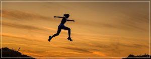 女性が飛んでいる姿
