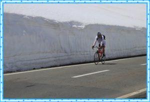山で走っている自転車