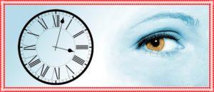 時計を見ている目