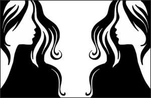 女性が鏡を見ているところ