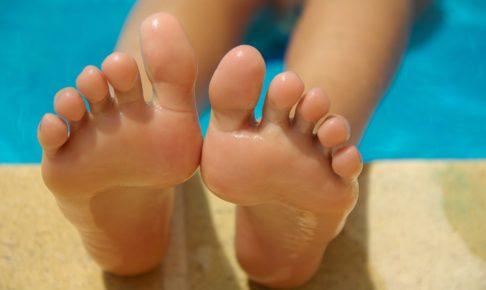 プールにある足
