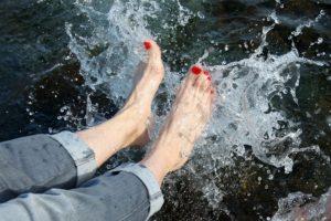 足に水しぶきが上がっている