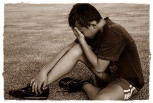 少年が泣いているところ