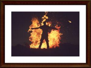 炎の前に人
