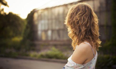 女性が朝日で見ている姿