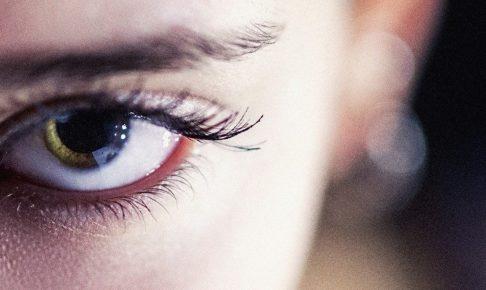 片方の目 女性