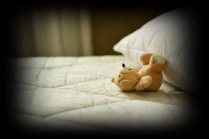 寝るくまのぬいぐるみ